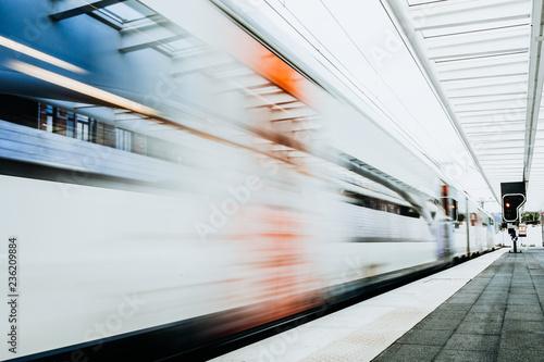 Obraz Zug fährt durch den Bahnhof  - fototapety do salonu