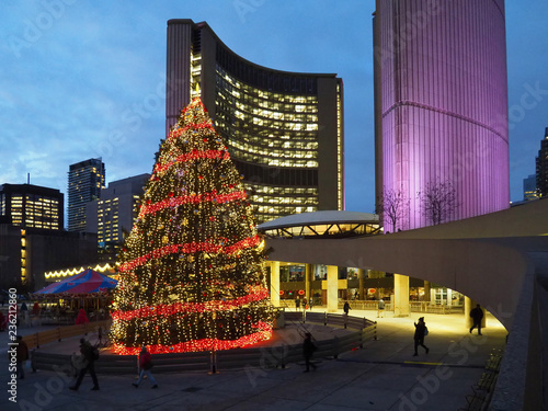 Stampa su Tela  Civic square  in front of Toronto City Hall is brightly lit with Christmas decorations each year