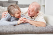 canvas print picture - Senioren Paar genießt Zweisamkeit