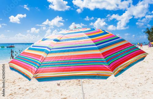 Poster Parasol couleurs sur plage mauricienne