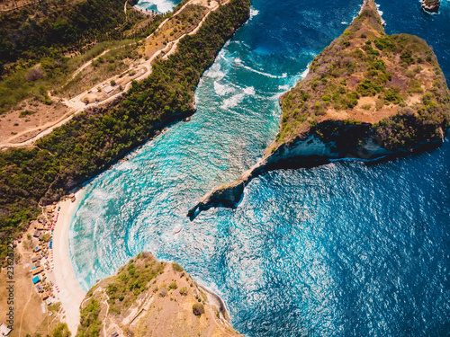 Fotografía  Paradise beach with blue ocean and island in Nusa Penida