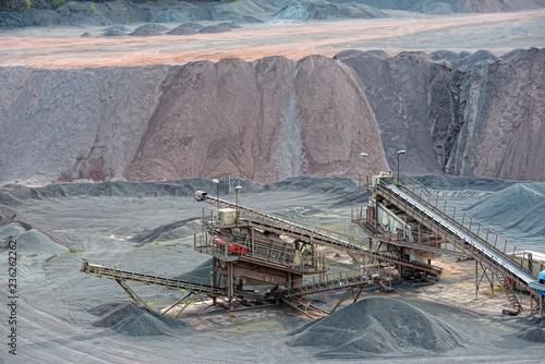 Fotografia stone crusher in a quarry mine of porphyry rocks.