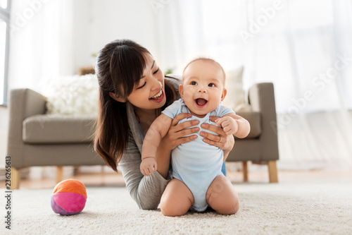 Fotografia family and motherhood concept - happy smiling young asian mother with little bab
