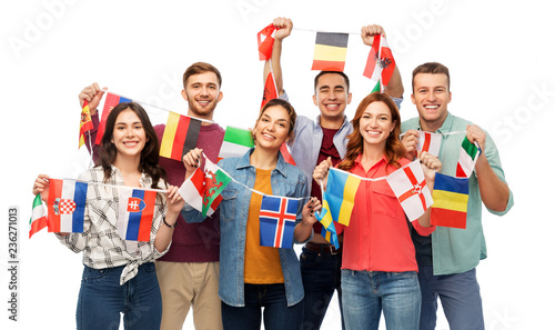 Fotografía  international friendship and people concept - group of smiling friends with flag