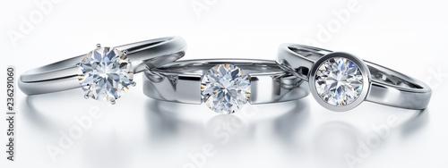 3 Solitär-Diamantringe liegend auf Weiß Slika na platnu