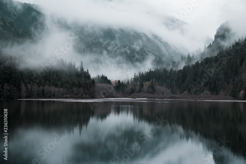 In de dag Kamperen mountain reflection in lake picture vintage style