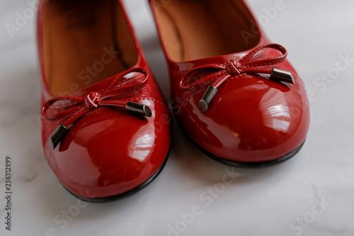 Gros plan de ballerines rouges en cuir verni