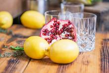 Cocktail Close Up Mit Granatapfel, Glas Und Orange