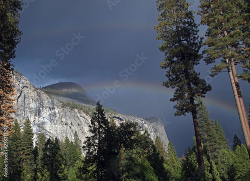 Photo  double rainbow over North Dome at Yosemite Valley, California, USA
