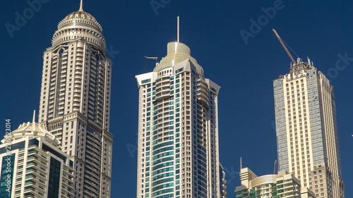 Photo  Modern skyscrapers in Dubai Marina, close up, in Dubai, UAE timelapse hyperlapse