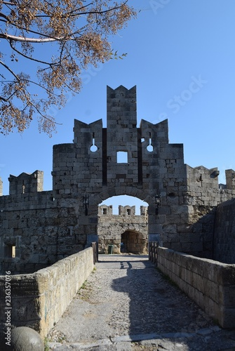 Plakat Ruiny katolickiego. Włoska starożytna architektura. Rodos. Grecja.