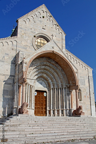 Fotografie, Obraz  la facciata della Cattedrale di San Ciriaco ad Ancona col grande portale gotico
