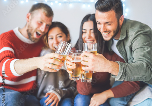 Carta da parati Group of happy friends cheering with beer at christmas party - Young people havi