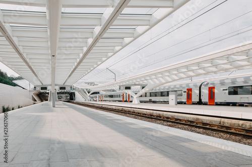 Fotografía  Moderner heller Bahnhof