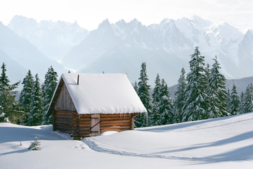 Panel Szklany Góry Fantastic winter landscape with wooden house in snowy mountains. Christmas holiday concept