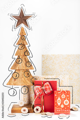 Fotografía  Christmas card with pine tree wood carving and box gift