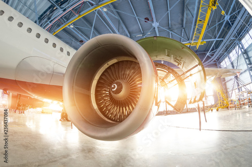 Photo sur Toile Spirale Turbine engine blades during maintenance, the plane in the hangar.