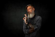 Close Up Porträt Eines Bärtigen,  MannesDer Mit Den Fingern Gestikuliert