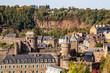 Fougères. Vue panoramique du château et des toits depuis le jardin public de l'église Saint-Léonard.