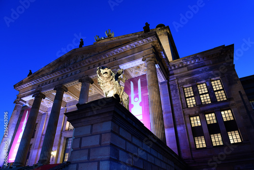 In de dag Theater Konzerthaus Berlin with lion statue on Gendarmenmarkt square at night, Berlin City, Germany
