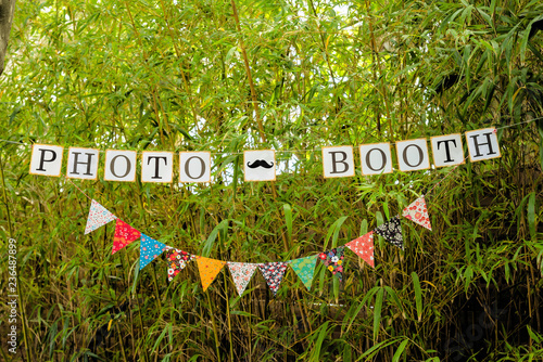 Valokuva  Banderole de photobooth dans un jardin