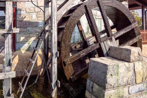 Tuinposter Oude verlaten gebouwen wheel of wagon