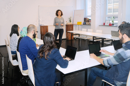 Fotografie, Obraz  Flüchtlinge beim Studium