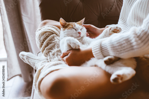 Cadres-photo bureau Chat Girl with cat relaxing on a sofa