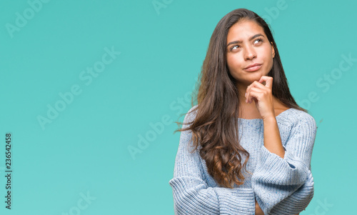 Fotografía  Young beautiful arab woman wearing winter sweater over isolated background with hand on chin thinking about question, pensive expression
