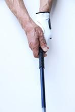 ゴルフをするシニア男性の手