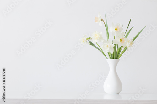 Deurstickers Narcis spring flowers in white vase