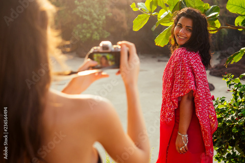 Photo  happy and beautiful indian woman in traditional stylish red sari holding the cam