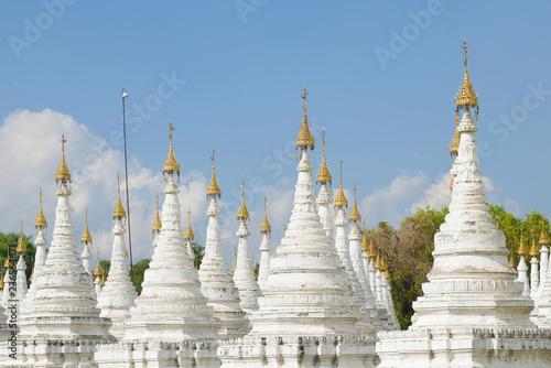 Foto  White stupas Sandarmuni Pagoda on a sunny day. Mandalay, Burma