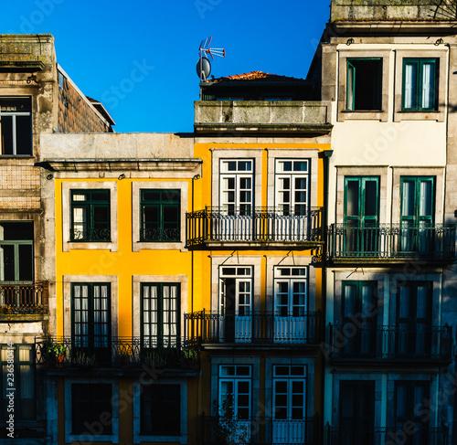 Fotografia  porto typicall colorfull house with blu sky