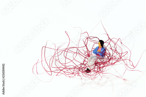 もつれた糸に座る女性 解決の糸口 Fototapet