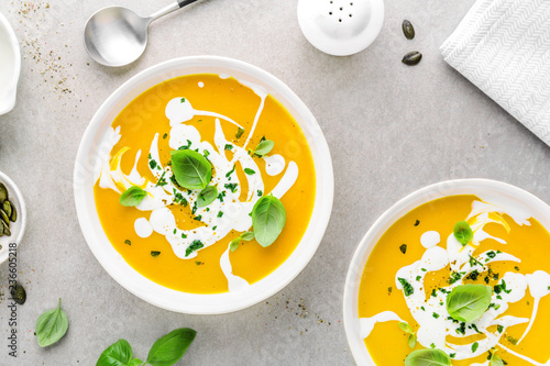 Photo Pumpkin creamy soup served in bowl
