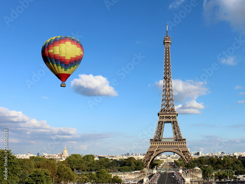 Poster de jardin Paris Eiffel Tower with Hot Air Balloon