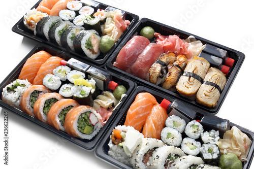 Fototapeta Sushi.  Kompozycja tacek z rolkami sushi na białym tle. obraz