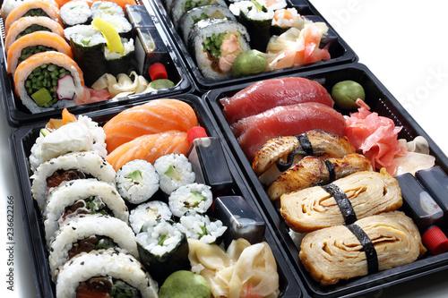 Fototapeta Zestaw sushi. Kompozycja tacek z rolkami sushi na białym tle. obraz
