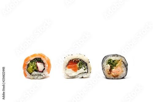 Fototapeta Sushi.  Tradycyjne japońskie sushi ,kompozycja rolek na białym tle.Rolka sushi na białym tle. obraz