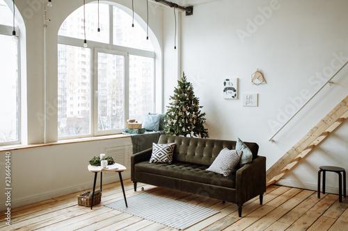 Zdjęcie XXL Jasny salon z dużymi oknami i choinką udekorowany na Boże Narodzenie