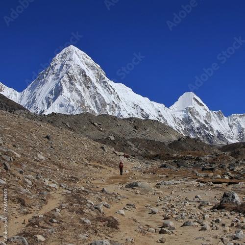 Deurstickers Asia land Mountain landscape on the way to Everest base camp. Mount Pumori.