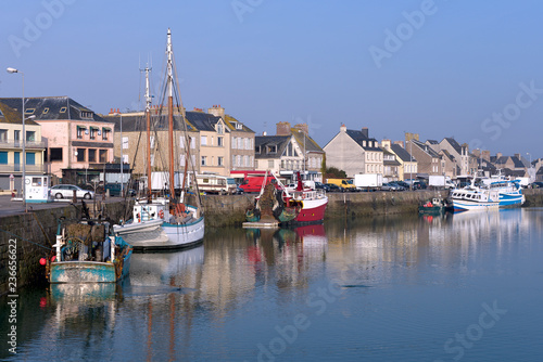Ingelijste posters Poort Fishing boat in the port of Saint-Vaast-la-Hougue, a commune in the peninsula of Cotentin in the Manche department in Lower Normandy in north-western France