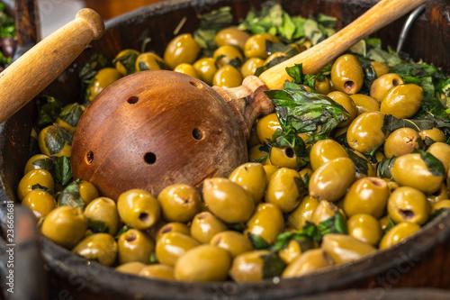 Fotobehang Kruiderij eingelegte grüne Oliven mit Petersilie, die auf dem Markt zum Verkauf angeboten werden