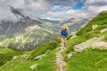 Szczęśliwy kobieta wycieczkowicz podróżuje w Pyrenees górach w Andora i Hiszpania. Nordic walking, rekreacja i trekking wzdłuż ścieżki GR11