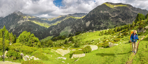 Photo Happy woman hiker travels in Pyrenees Mountains in Andorra and Spain