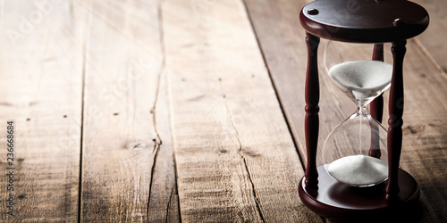Pinturas sobre lienzo  Vintage Hourglass On Wooden Plank Background /Time Concept