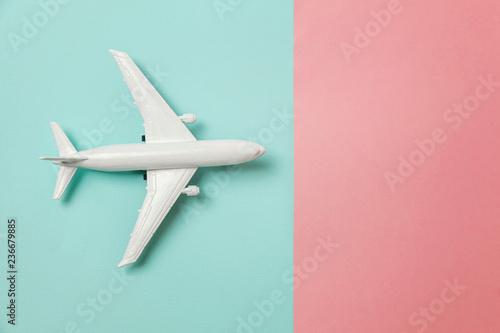 Photo  Simply flat lay design miniature toy model plane on blue and pink pastel colorful paper trendy geometric background