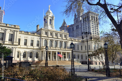 Fotomural City Hall Building in City hall Park, in lower Manhattan, New York