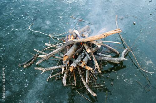 Photo bonfire built on blue ice